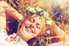 Horoskop: Eine glückliche, schöne, junge Frau mit einem Blumenkranz im Haar