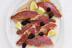 Gebackene Rotbarben-Filets mit Zitrone
