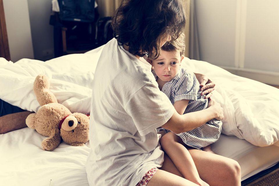 Schlafprobleme bei Babys und Kleinkindern: Mutter tröstet ihr Kind