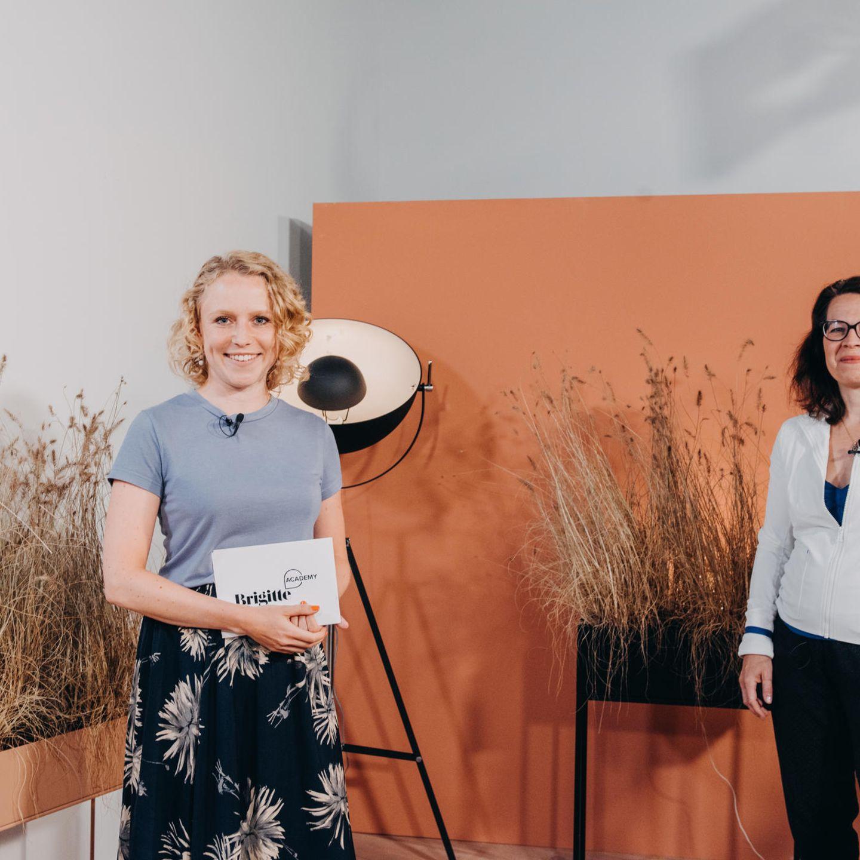 Seitdemkommen wir aus unserem eigenen kleinen Studio in Hamburg direkt zu euch nach Hause. In der ersten Session hat unsere Kollegin Anissa Brinkhoff (l.)mit Diplombiologin und Trainerin Carola Kleinschmidt über das Thema Stress gesprochen.