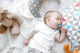Einschlafritual Stillen: Baby schläft mit Schnuller im Mund