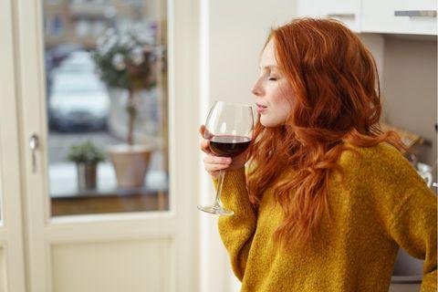Wein Studie: Frau mit Glas Wein in der Hand