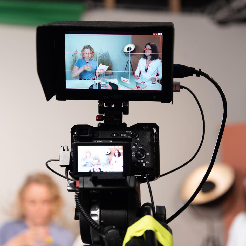 Ein Blick durch die Kamera auf Moderatorin Anissa (l.) und Referentin Carola Kleinschmidt.