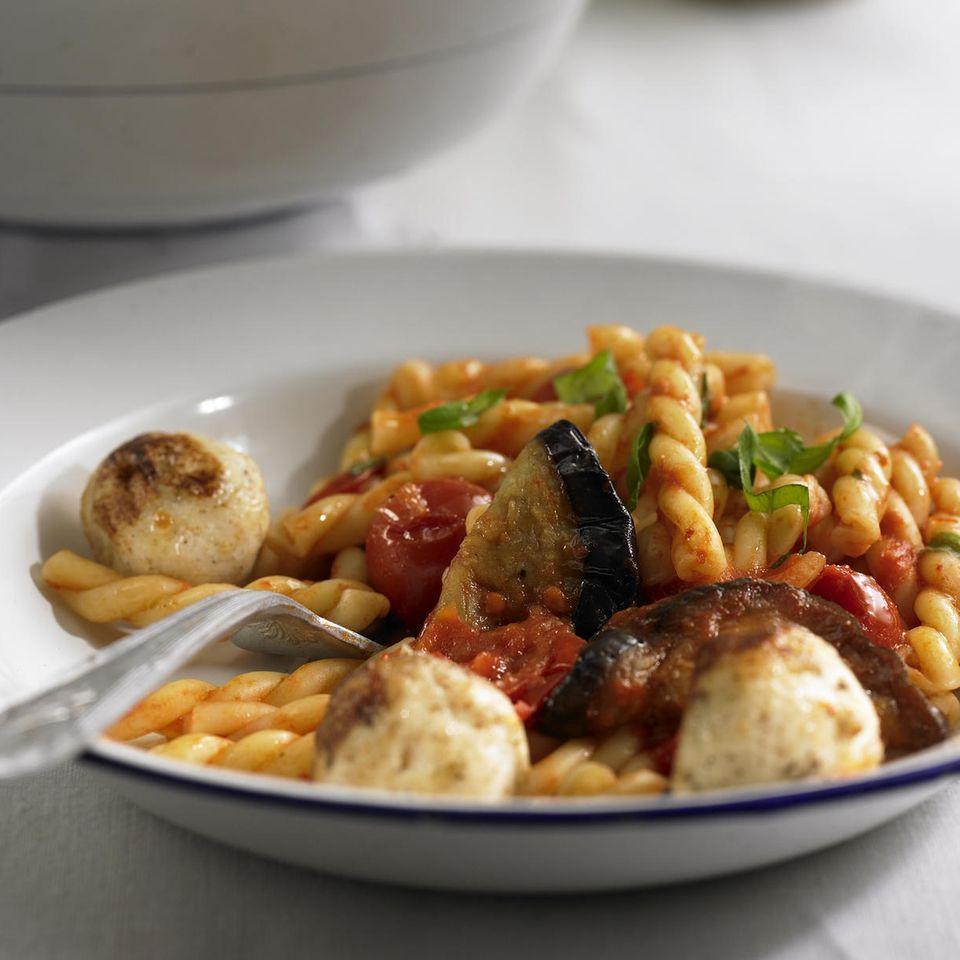 Spiralnudeln mit Ricotta-Bällchen und Tomatensauce