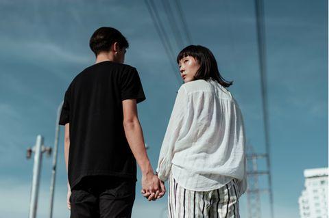 Toxische Beziehung: Junges Paar hält Händchen