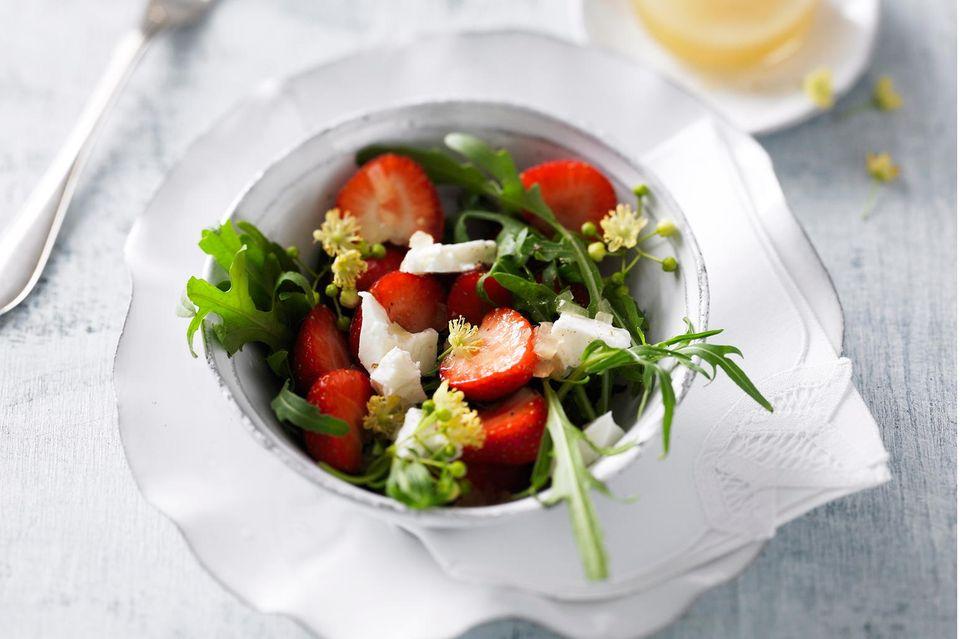 Salat mit Erdbeeren: Erdbeersalat mit Lindenblüten