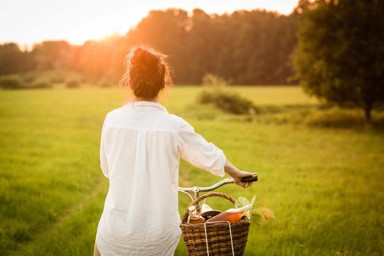 Sommer 2020: Frau mit Fahrrad