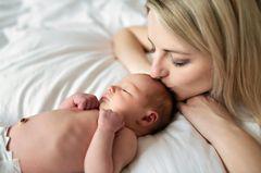 Familienleben: Mutter küsst ihr Baby