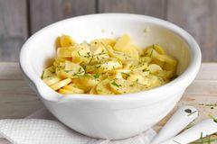 Schwäbischer Kartoffelsalat mit Fleischbrühe