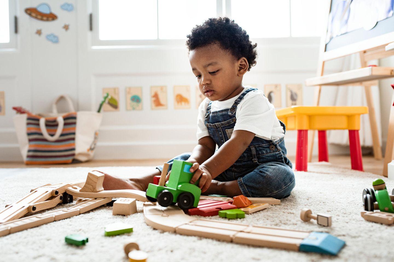 Fördern: Kleiner Junge spielt