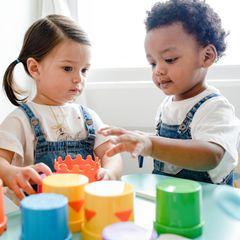 Neu in der Kita: Zwei Kinder spielen zusammen