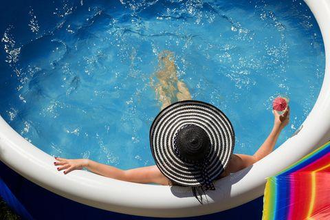 Sommer 2020: Frau sitzt im Planschbecken