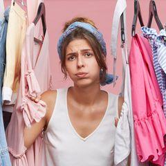 Oma-Mode: Frau verzweifelt im Kleiderschrank