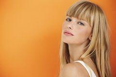 Orangestich entfernen: Frau mit leichtem Orangestich im Haar
