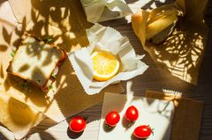 Nachhaltige Haushalts-Helfer: Bienenwachstuch umhüllt Zitrone