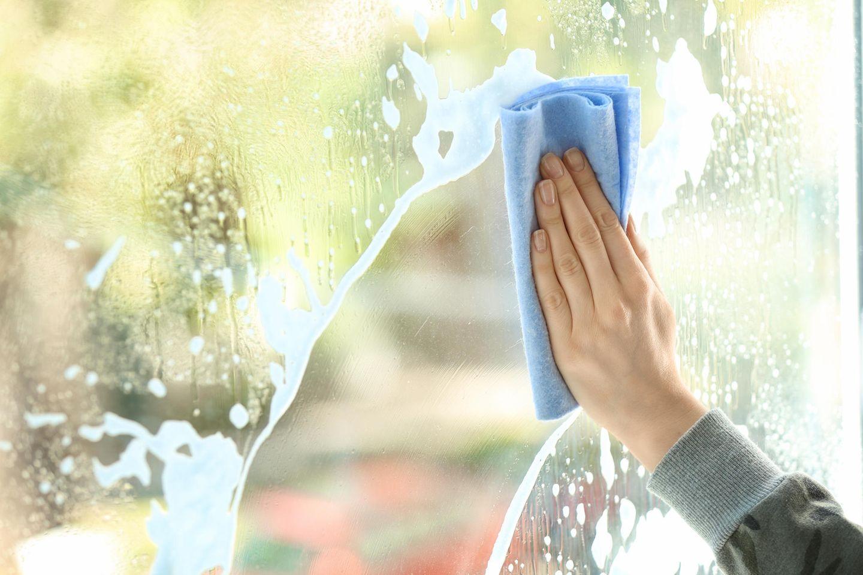Lifehacks von Oma und Opa: Eine Frau putzt ihr Fenster