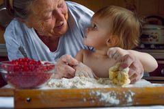 Lifehacks von Oma und Opa: Eine ältere Frau backt mit ihrem Enkel
