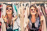 Nachhaltig leben: Zwei Frauen im Second-Hand-Laden