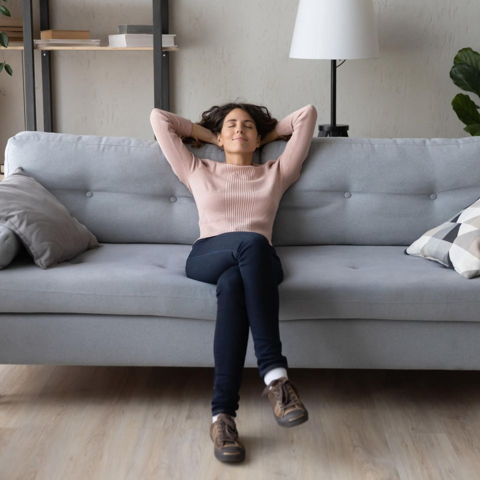 Nachhaltigkeit: Frau auf dem Sofa