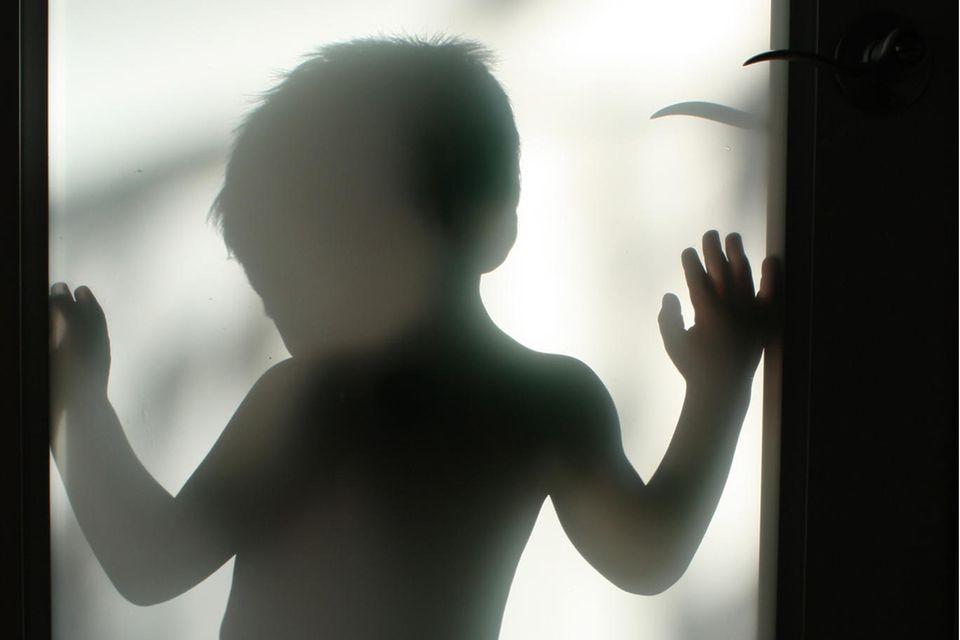 Femizide: Schatten eines Kleinkindes