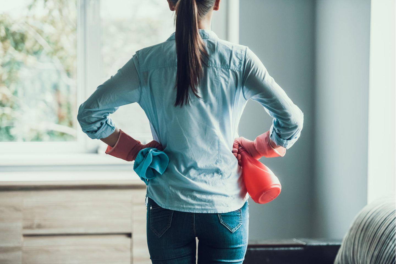 Hygiene im Haushalt: Frau mit Putzhandschuhen