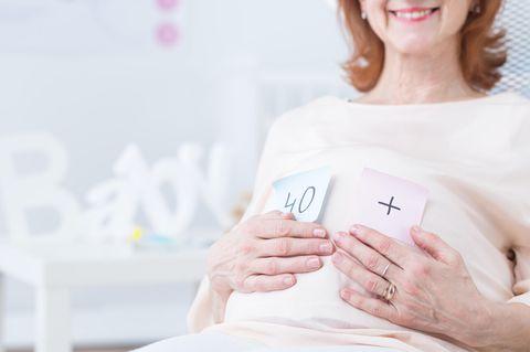 Kinderwunsch ab 35: Ältere schwangere Dame