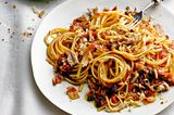 Linguine mit Tomaten, Sardinen, Korinthen & Speck