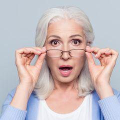 Kinderwunsch ab 35: Ältere Dame mit Brille