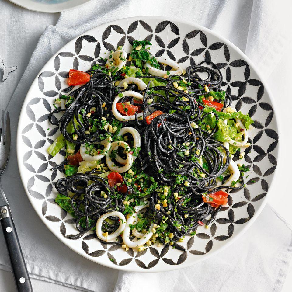 Schwarze Spaghetti mit Tintenfisch & Mandel-Gremolata