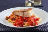 Rigatoni mit Sugo und gebratenem Fischfilet