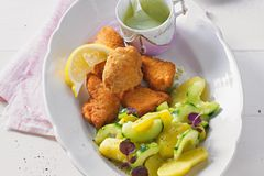 Schnelles Backhendl mit Kartoffel-Gurkensalat