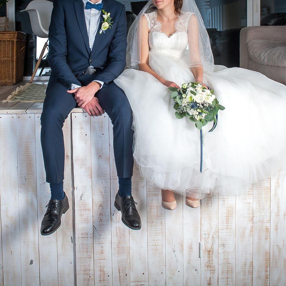 Reddit: Ein Brautpaar sitzt auf einem Steg