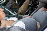 Geburt: Schwangere Frau im Auto