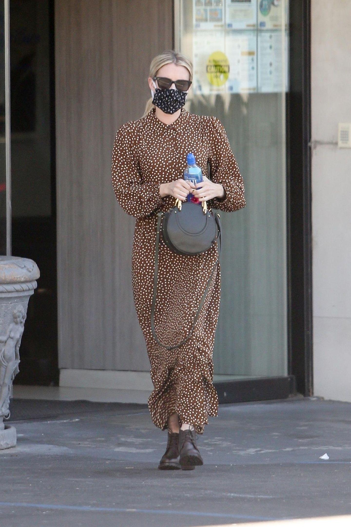 Emma Roberts trägt Kleid von Mango