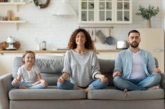 Kinderwunsch: Familie entspannt auf der Couch