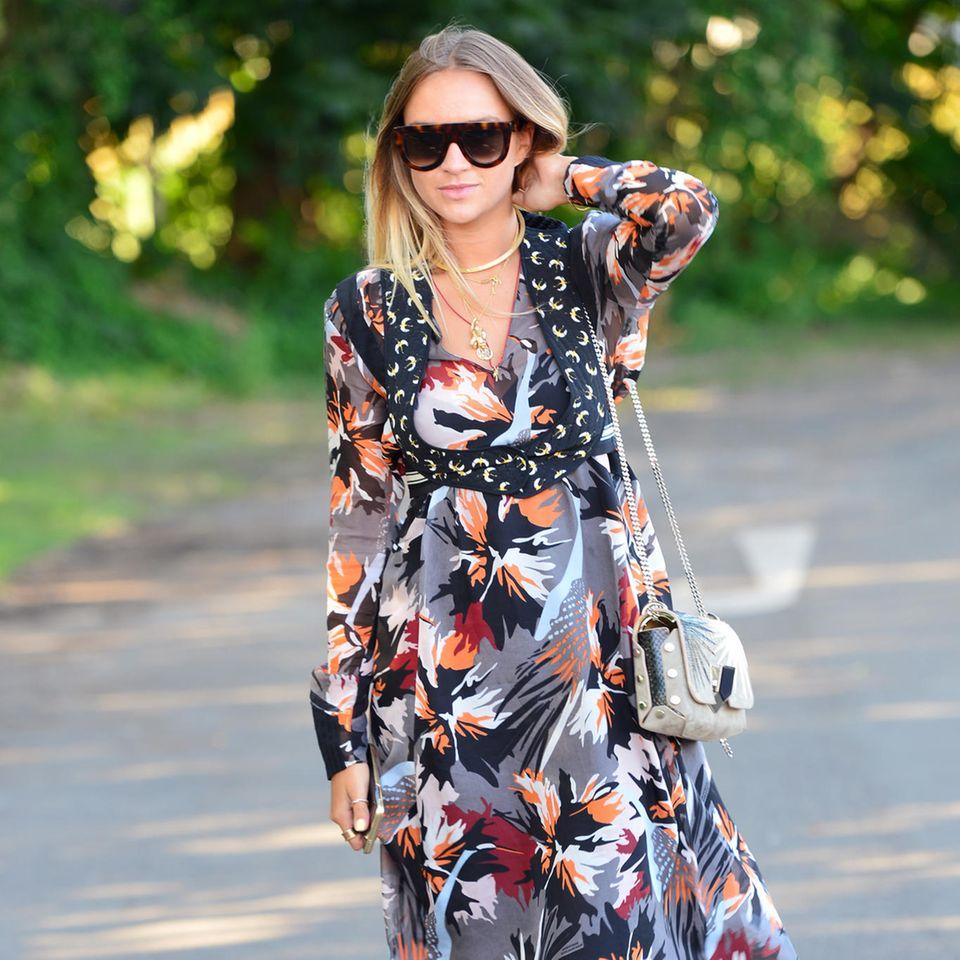 Nina Suess in einen Kleid von Dorothee Schumacher