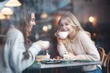 Schwanger oder nicht?: Frauen beim Kaffee trinken
