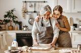 Schwanger oder nicht?: Mutter und Tochter in der Küche