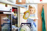 Kleinkinder: Kleinkind räumt Spülmaschine aus