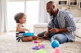 Kleinkinder: Vater und Kind spielen