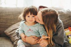Kleinkinder: Mutter küsst Kleinkind