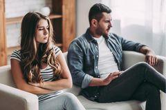 Kinderwunsch: Paar sitzt traurig auf dem Sofa