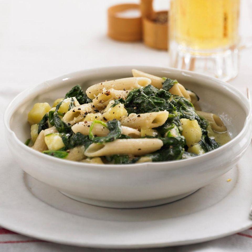 Nudeln mit Spinat und Fontina-Käse