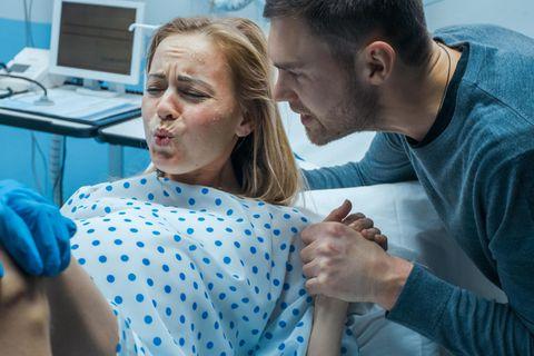 Kreißsaal: Frau während der Geburt
