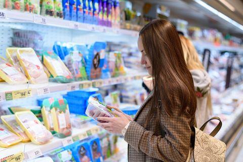 Tönnies-Fleisch: Frau im Supermarkt