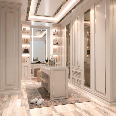 Ankleidezimmer mit weißen Möbeln