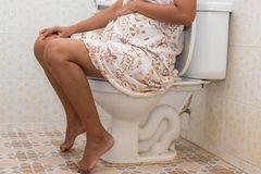 Hacks für Schwangere: Frau auf der Toilette