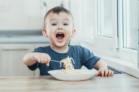 Kleinkind-Ernährung: Kleiner Junge isst Nudeln