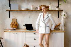 Wir müssen das nicht hinnehmen: Frau mit weißem Blazer und Kleinkind