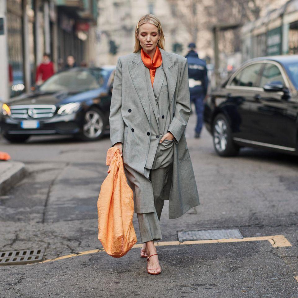 Leonie Hanne mit XXL-Tasche